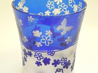 お花と蝶々のグラスの画像