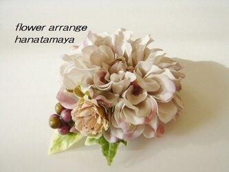 ラベンダークリームカラーのダリアとバラのコサージュの画像