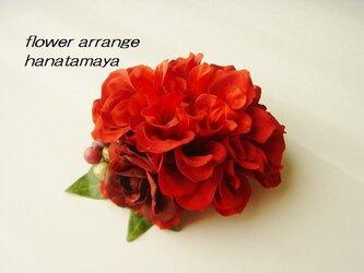 レッドカラーのダリアとバラのコサージュの画像
