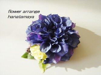 ブルーカラーのダリアとバラのコサージュの画像