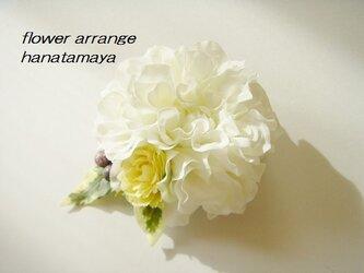 ホワイトカラーのダリアとバラのコサージュの画像