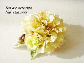 ベージュカラーのダリアとバラのコサージュの画像