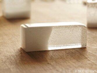 純白透明ガラスのインテリアオブジェ - 白のKAORI ● 幅 7.5cmの画像