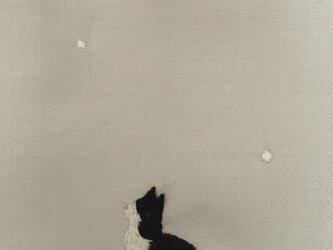 ハンカチ 冬の黒白猫の刺しゅう(雪と福寿草)の画像
