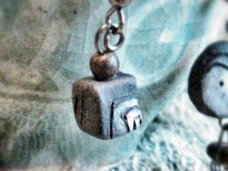陶玉ピアス 片耳 cubeの画像