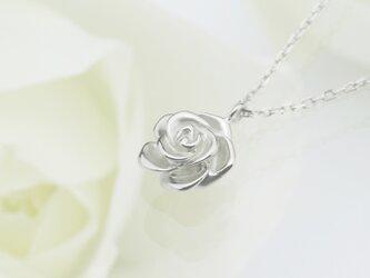 可愛らしいバラのK18ホワイトゴールドペンダント < Queen Rose【クインローズ】>の画像