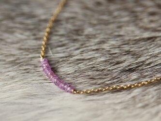 ピンクパープルカラーサファイアのネックレス【K14gf】の画像