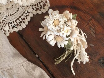 コサージュ オフホワイトの小さな花束の画像