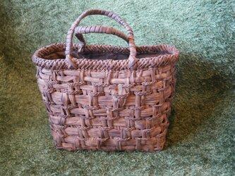 貴重な山葡萄の蔓で編んだ手提げ籠(バッグ)の画像