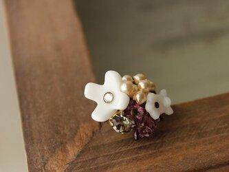 ヴィンテージ・ミルクガラスのお花とハスケル・ガラスパールのリングの画像