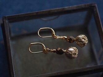 タティングレースで包んだコットンパールのピアス【bronze】の画像