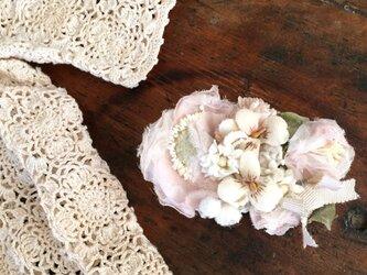布花コサージュ 淡いピンクのお花畑 の画像