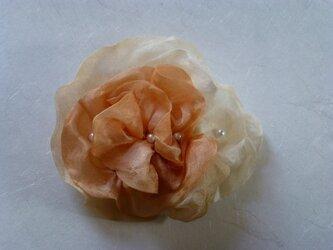 オレンジ濃淡のブローチの画像