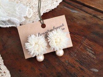 布花イヤリング オフホワイトのオーガンジーデージーとコットンパールの画像