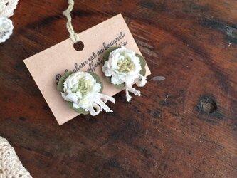 布花イヤリング 白詰草とクローバーの画像
