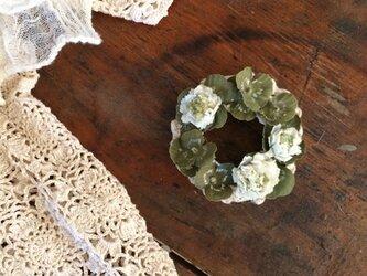 布花コサージュ 白詰草とクローバーのミニリースの画像