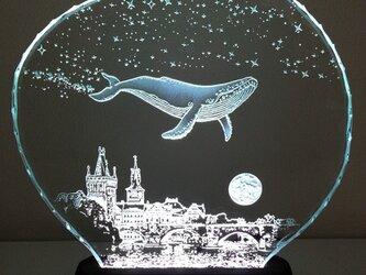 星降る夜・クジラ・プラハ ガラスエッチングパネル Mサイズ・LEDスタンドセット(ランプ・ライト・照明)の画像