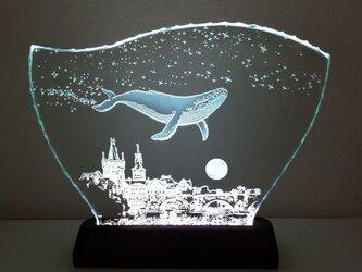 星降る夜・クジラ・プラハ ガラスエッチングパネル Lサイズ・LEDスタンドセット(ランプ・ライト・照明)の画像