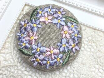 リネン カロチャ風スミレのリース パステル 刺繍のブローチ 丸 50ミリの画像