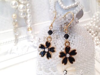 桜とスワロフスキーの春ピアス 黒色の画像
