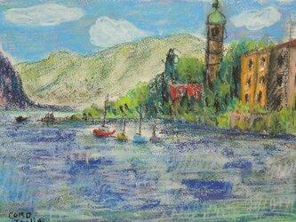 湖と教会の画像