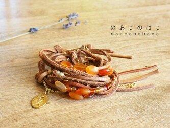カーネリアンと柔らかい革紐のブレスレットの画像
