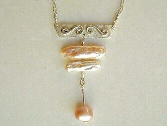 シルバープレートとパールのネックレスの画像