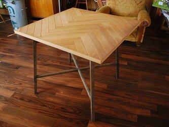 ヘリンボーンのテーブル天板の画像