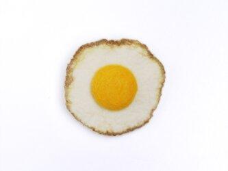 フェルトの小さい目玉焼き ブローチSの画像