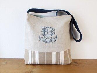 手刺繍 ダブルイニシャルのショルダーバッグの画像