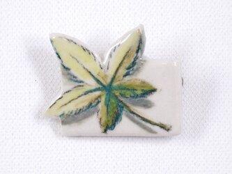 陶器ブローチ-青モミジの下絵付けの画像