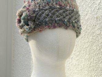 スモーキ―なグレー・花モチーフ付きニット帽子の画像