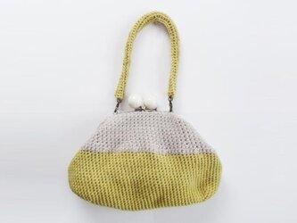 黄色いハンドバッグの画像