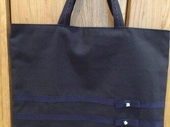 水色の花の手刺繍★紺色レッスンバッグとくつ入れのセットの画像