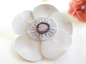 ホワイトレザーの花ブローチ (直径約115ミリ)の画像