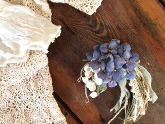 布花コサージュ すずらんとすみれの花束の画像