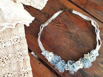 布花ネックレス ブルーグレーのお花畑の画像