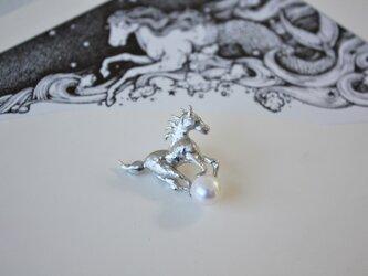 野生馬 ムスタング 淡水パール シルバーピンブローチの画像