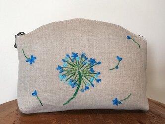リネン 青いお花 刺しゅうポーチの画像