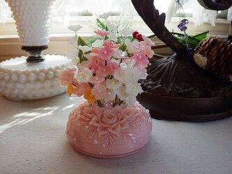 小花のミニアレンジメント。ソープカービングの画像