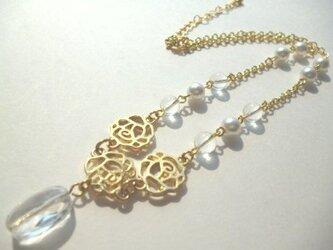 水晶・パール・メタルローズのネックレスの画像