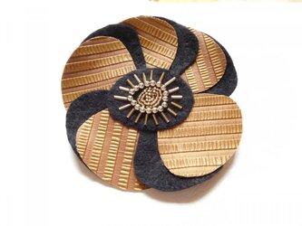 金革と黒の花ブローチ (直径約12cm)の画像
