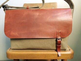 ■ nori. 帆布+革フラップショルダーバッグ (カーキ+ブラウン)の画像