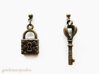 南京錠と鍵のピアス【イヤリング等変更可】の画像
