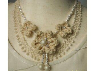 生成りコットンで編んだお花のネックレスの画像