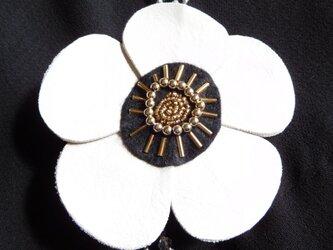 ホワイトレザーの花ブローチ (直径約105ミリ)の画像