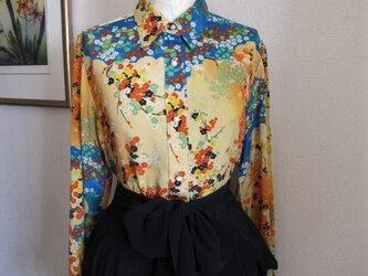日本画のようなプリント地のシルクのシャツの画像
