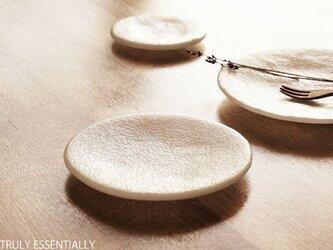 純白ガラスの丸皿 -「 KAZEの肌 」●17.5cm・絹目調の画像