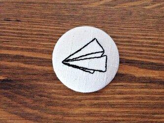 刺繍ボタンブローチ 「紙飛行機」の画像