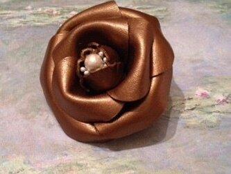 革のブローチ カメリア(パールブラウン)の画像